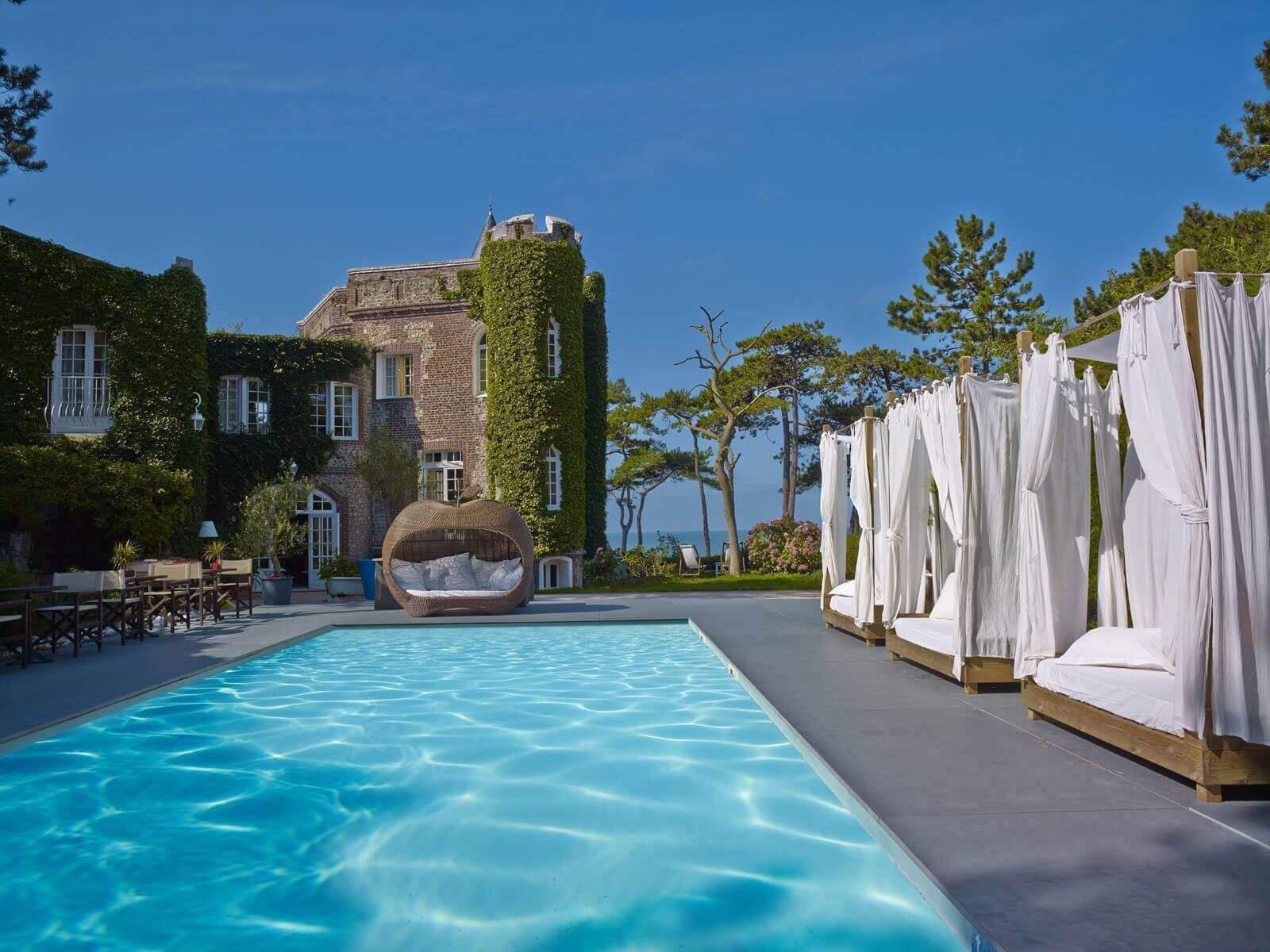 Golf-Expedition-Golf-Reizen-Frankrijk-Regio-Normandië-Domaine-Saint-Clair-zwembad-ligbedden