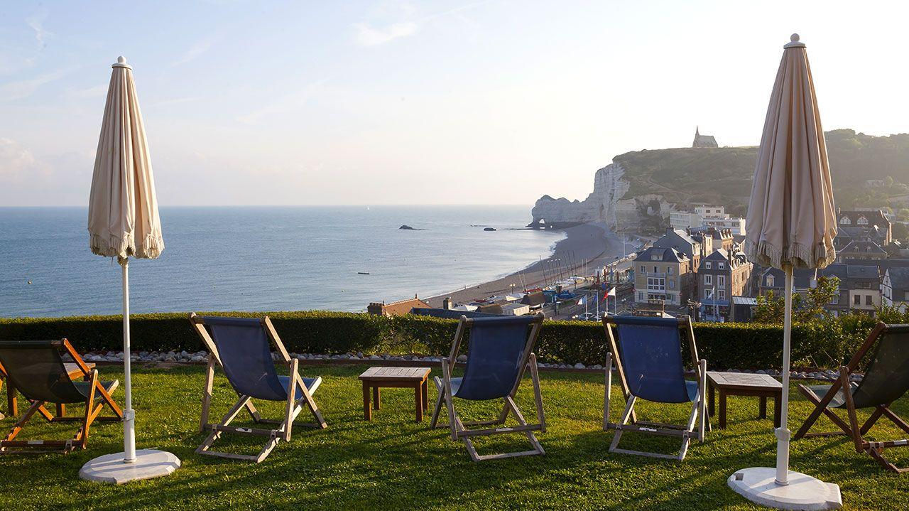 Golf-Expedition-Golf-Reizen-Frankrijk-Regio-Normandië-Dormy House-stoelen-parasol