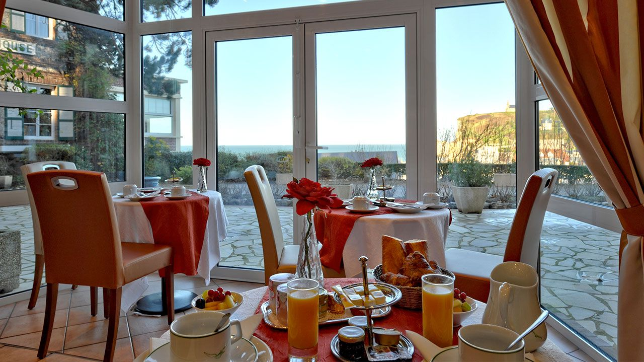 Golf-Expedition-Golf-Reizen-Frankrijk-Regio-Normandië-Dormy House-tafel-stoelen-eten-drinken