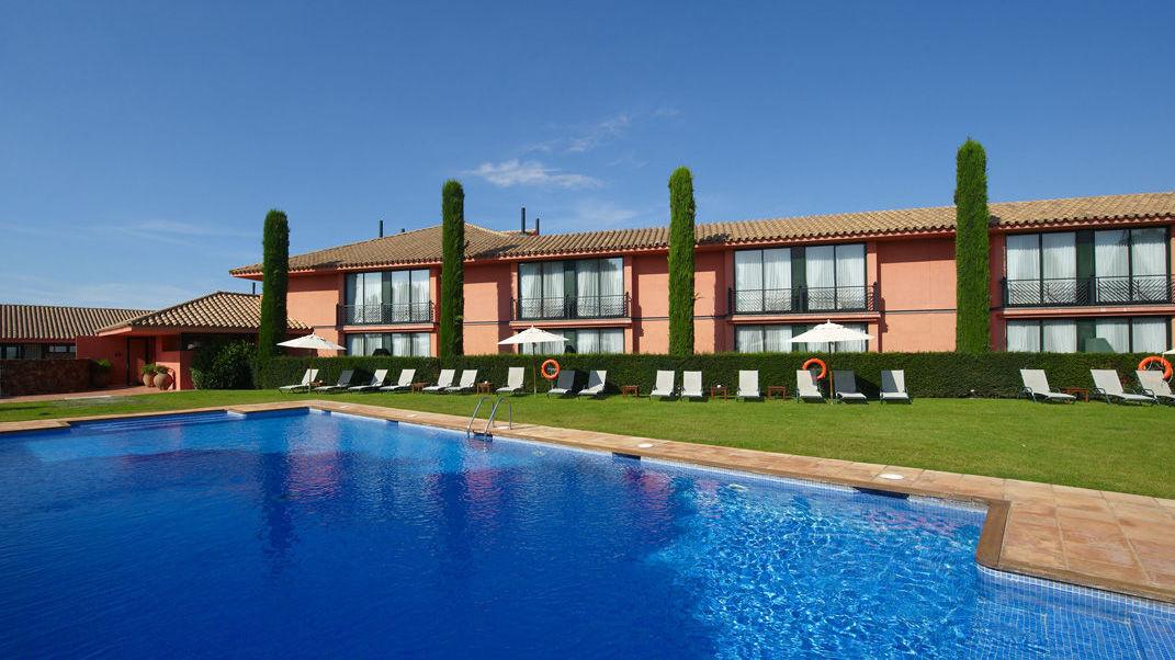 Golf-Expedition-Golf-reizen-Spanje-Regio-Barcelona-TorreMirona-Golf-&-Spa-Resort-pool-overview