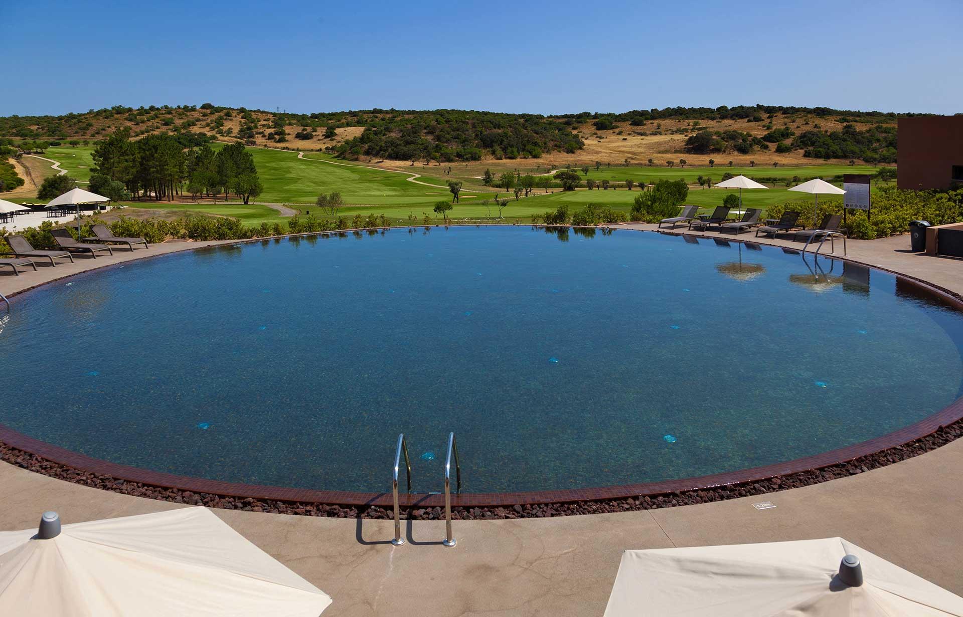 Golf-expedition-golfreizen-golfresort-Morgado-Golf-&-Country-Club-oval-pool