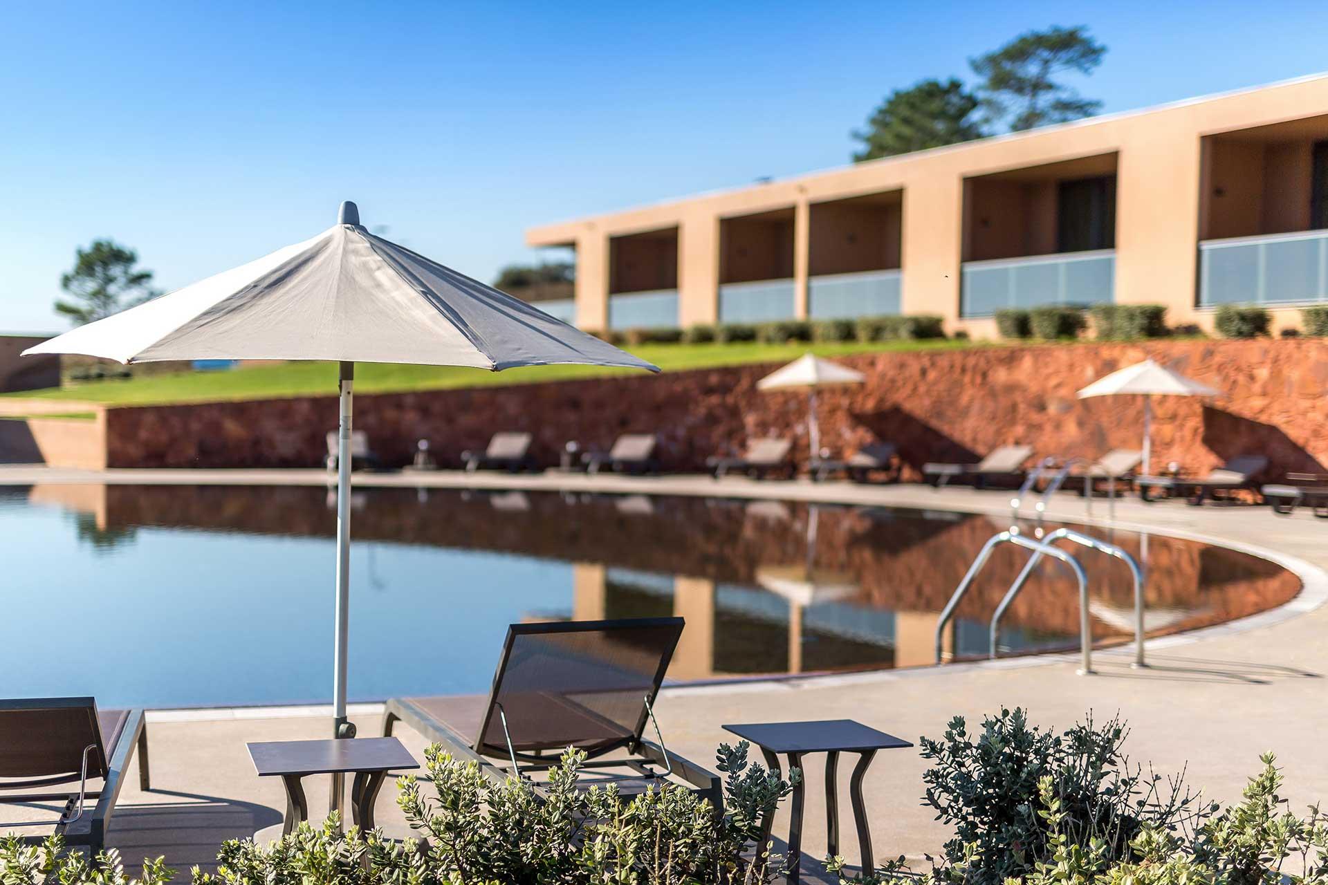 Golf-expedition-golfreizen-golfresort-Morgado-Golf-&-Country-Club-sun-beds