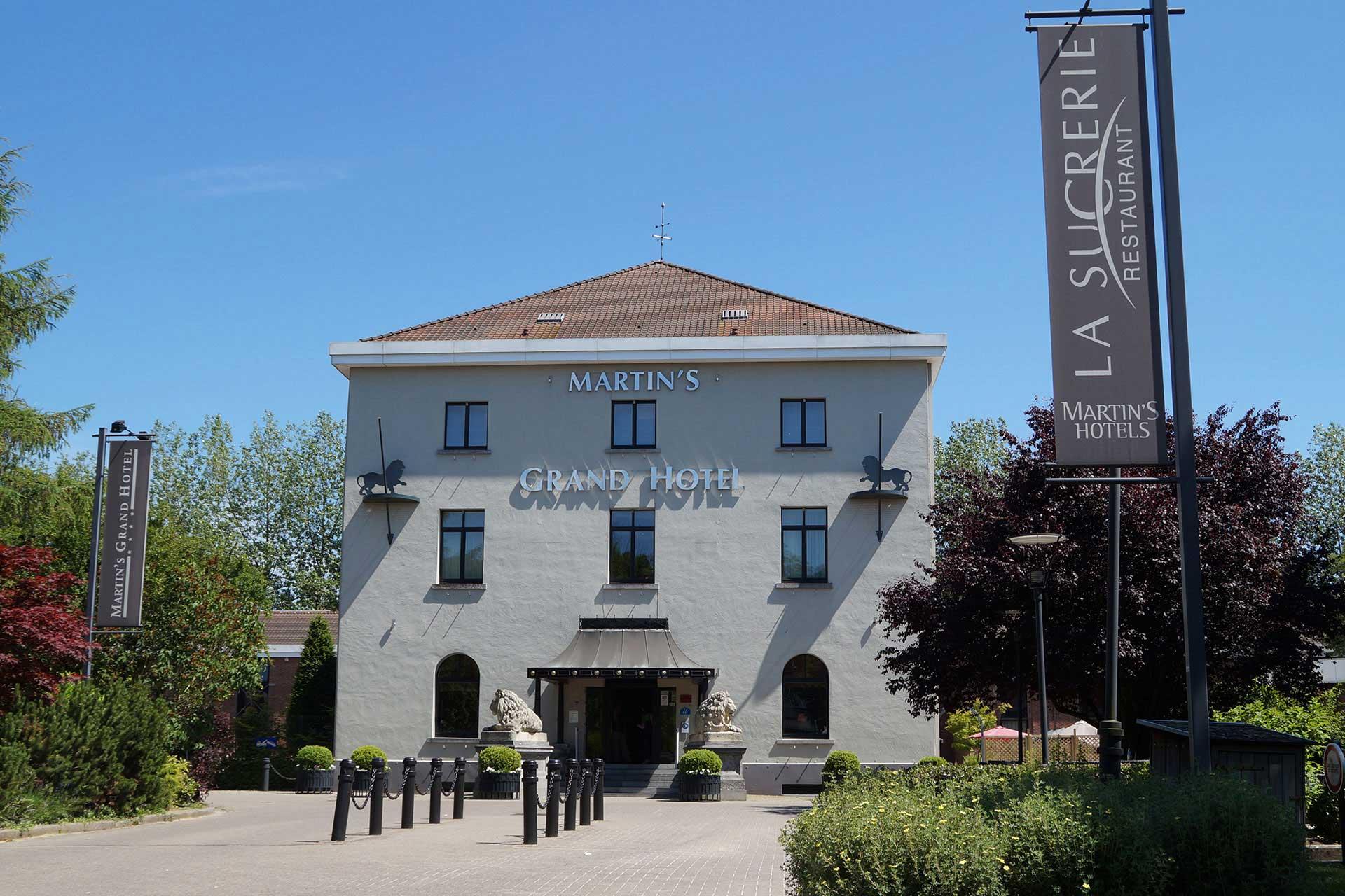 Golfexpedition-Golfreizen-België-Brussel-Grand-Hotel-Waterloo-course-voorkant-overdag-met-vlag