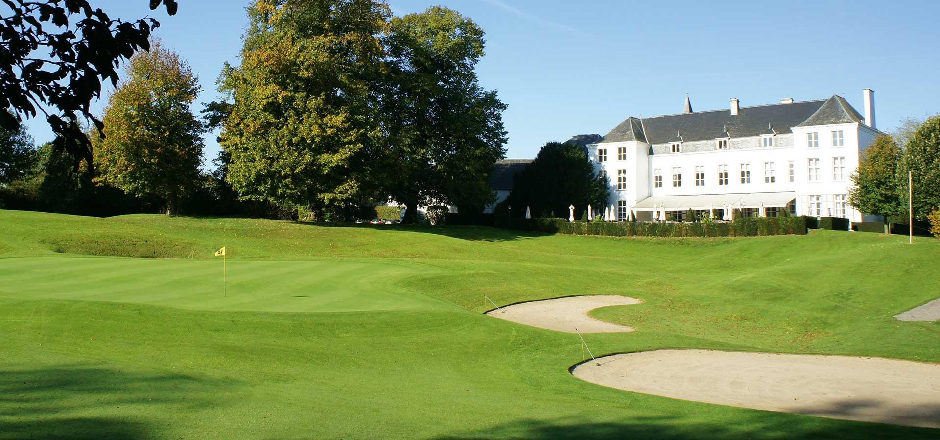 Golfexpedition-Golfreizen-België-Brussel-Klooster-Leuven-course-wit-gebouw-gras