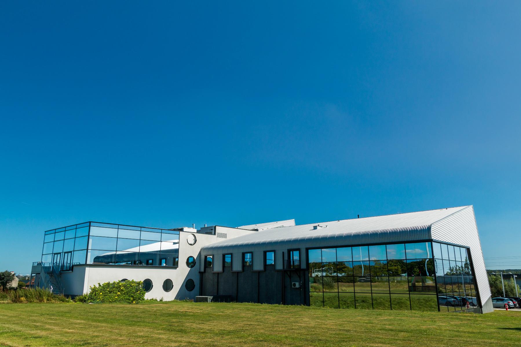 Golfexpedition-Golfreizen-België-Brussel-Red-course-wit-zwart-glas-gebouw