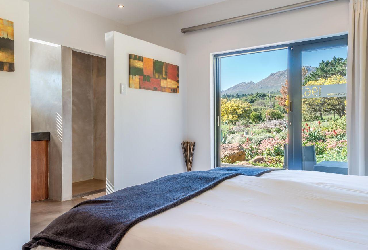 golf-expedition-golf-reis-zuid-afrika-colourful-manor-slaapkamer-met-bergen-uitzicht.jpg