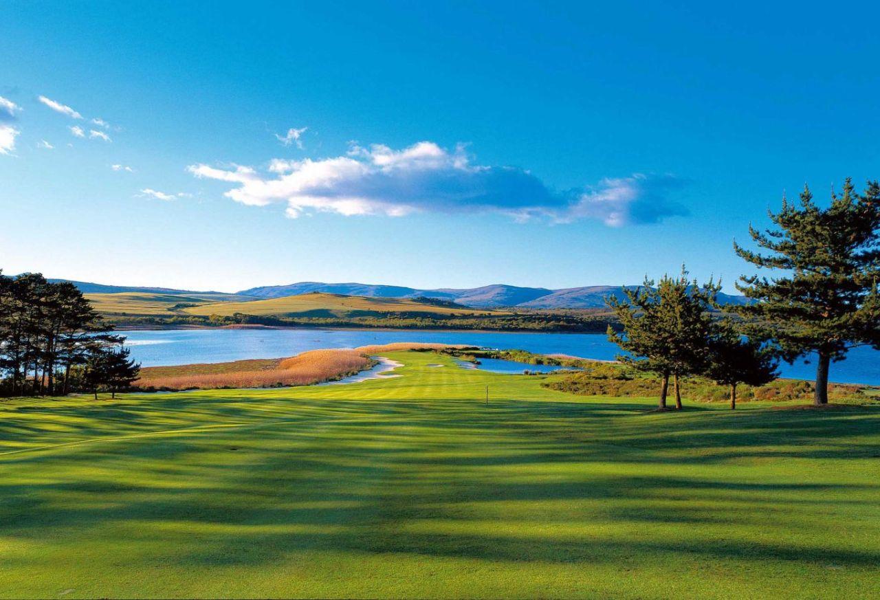 golf-expedition-golf-reis-zuid-afrika-golf-en-gastronomie-golfbaan-met-bergen-en-water-uitzicht.jpg