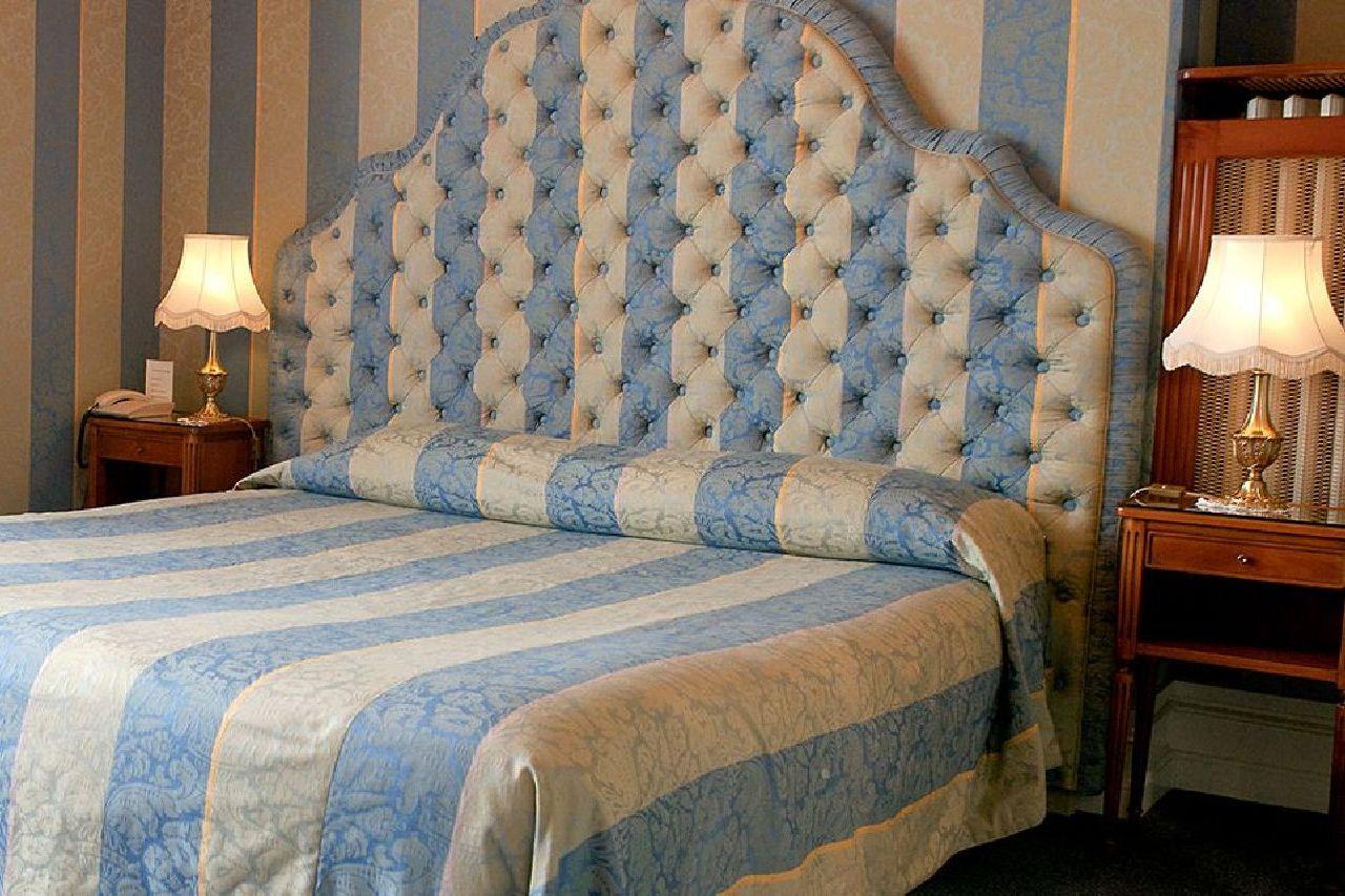 golf-expedition-golf-reizen-frankrijk-regio-champagne-grand-hotel-des-templiers-slaapkamer-blauw-wit-twee-personen.jpg