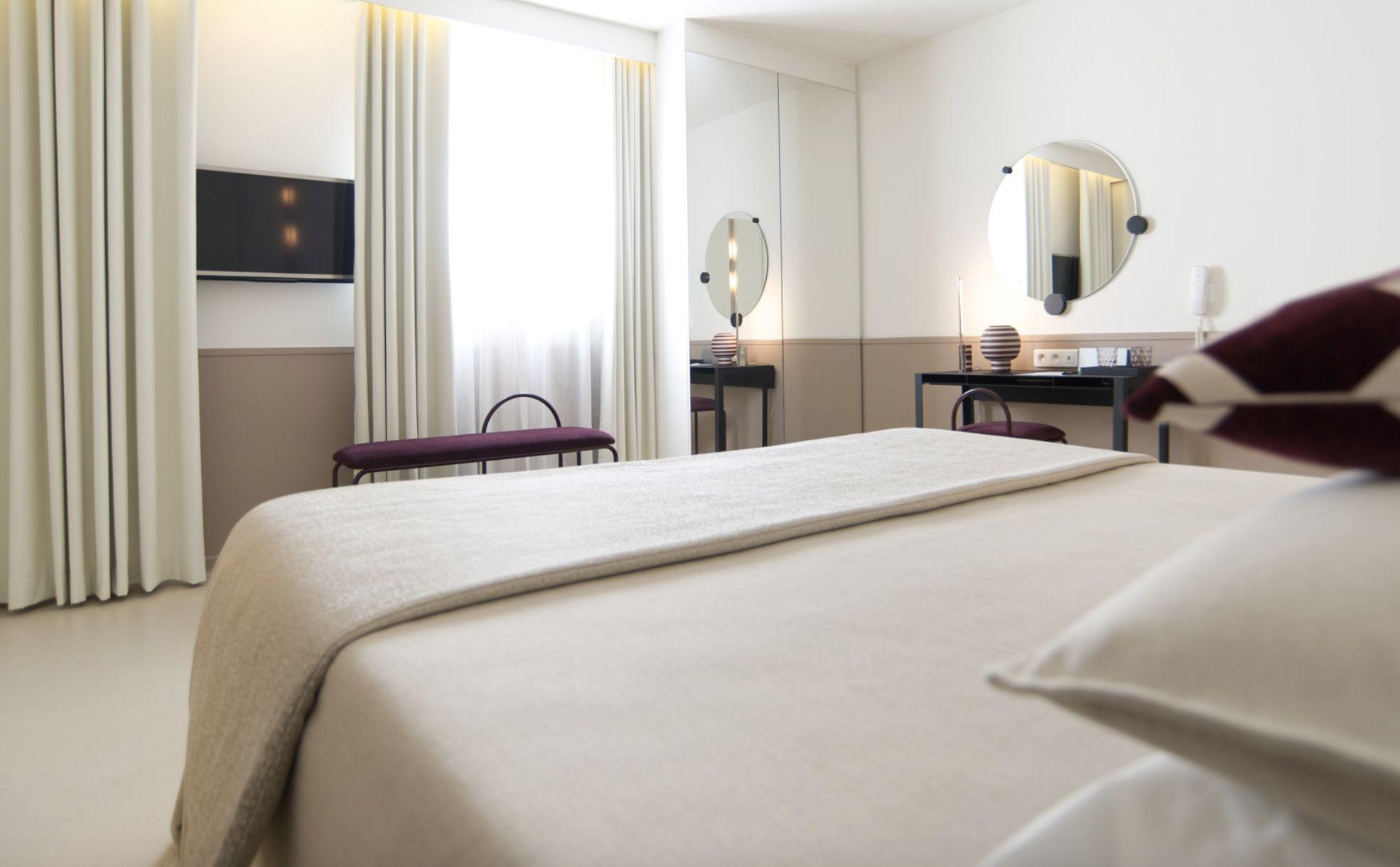 golf-expedition-golf-reizen-frankrijk-regio-corsica-hotel-genovese-stijlvol-ingericht-slaapkamer-tv