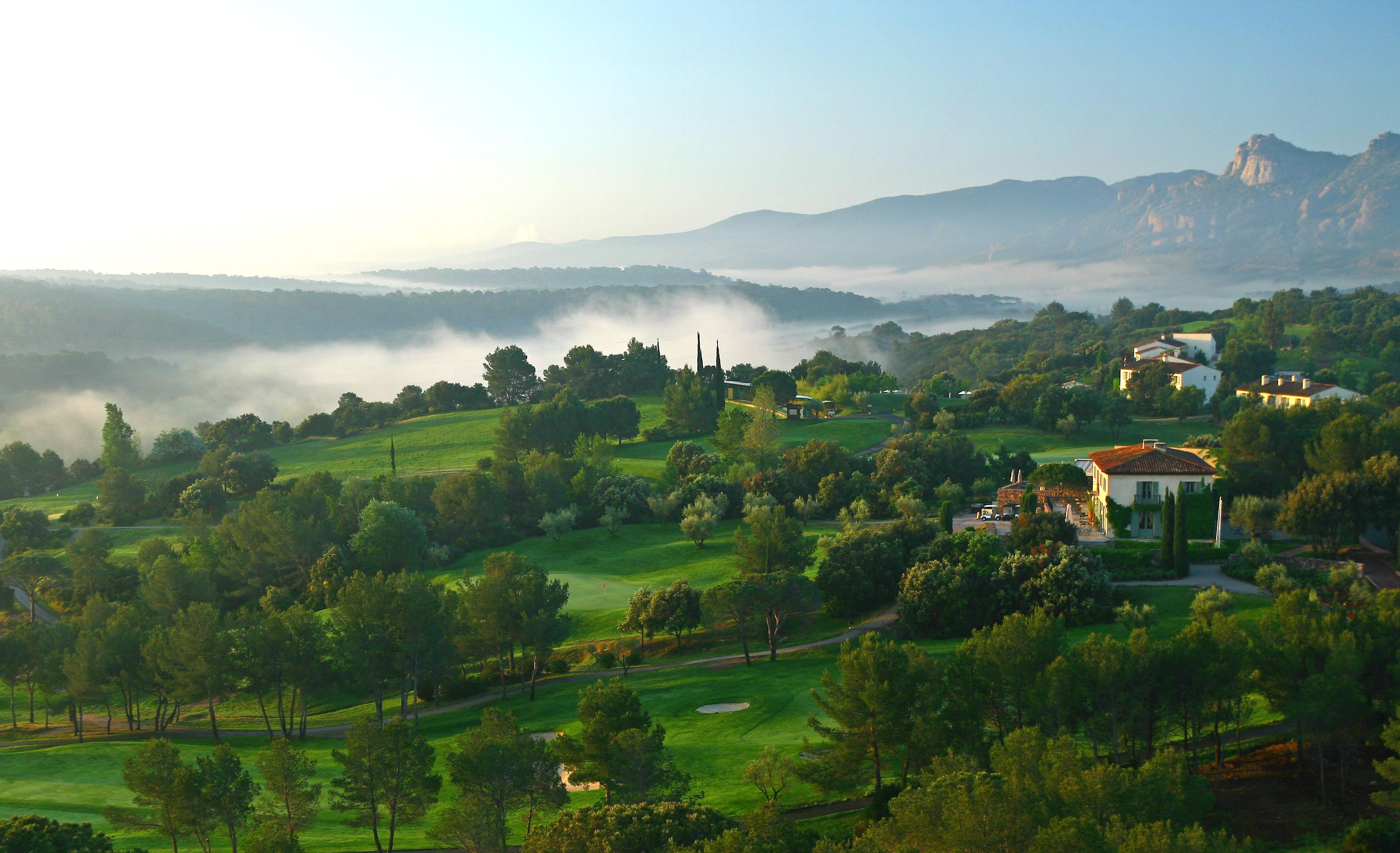 golf-expedition-golf-reizen-frankrijk-regio-cote-d'azur-Les-Domaines-de-Saint-Endréol-Golf-en-Spa-Resort-bovenaanzicht-accommodatie-villa-en-golfbanen