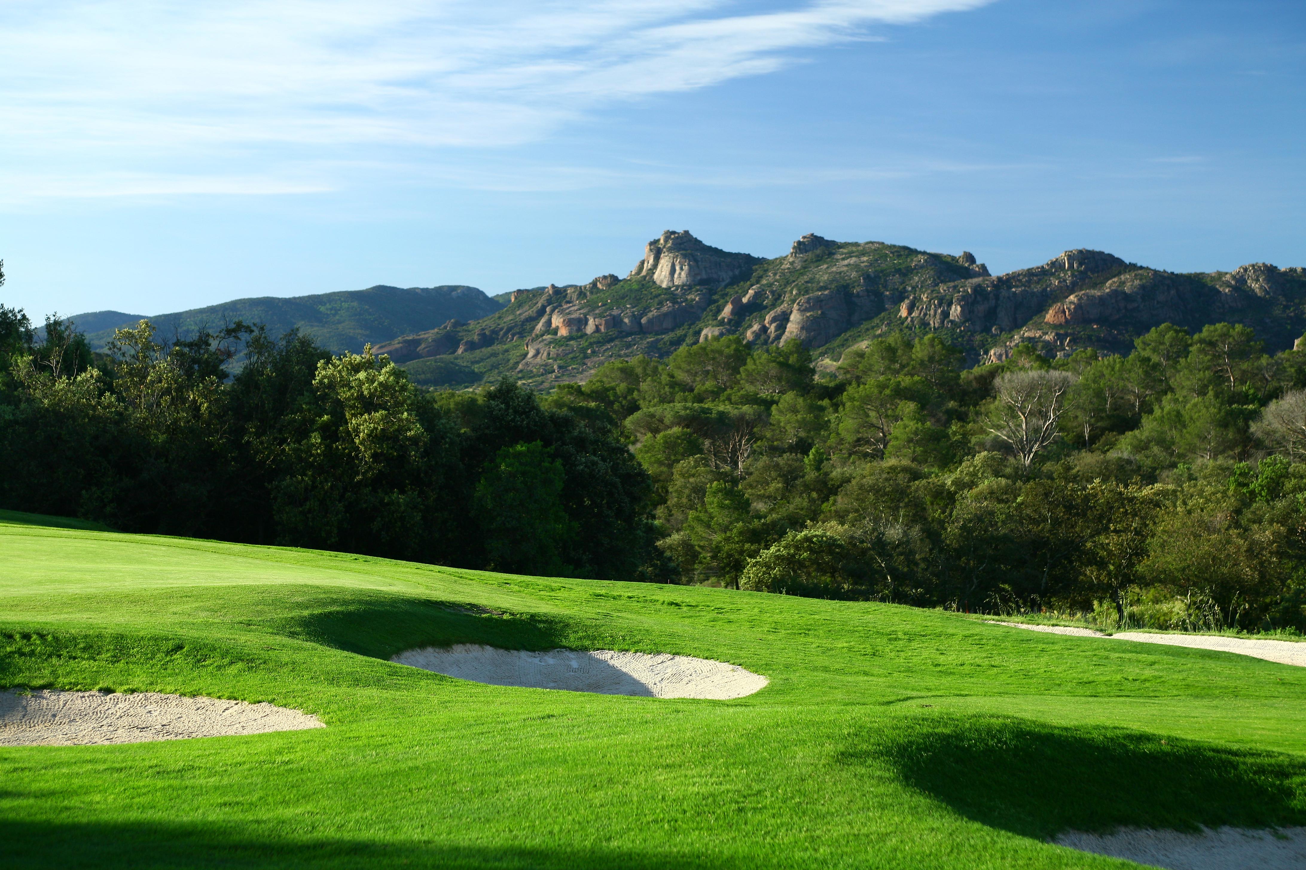 golf-expedition-golf-reizen-frankrijk-regio-cote-d'azur-Les-Domaines-de-Saint-Endréol-Golf-en-Spa-Resort-golfbaan-met-bunkers-en-bergen-uitzicht