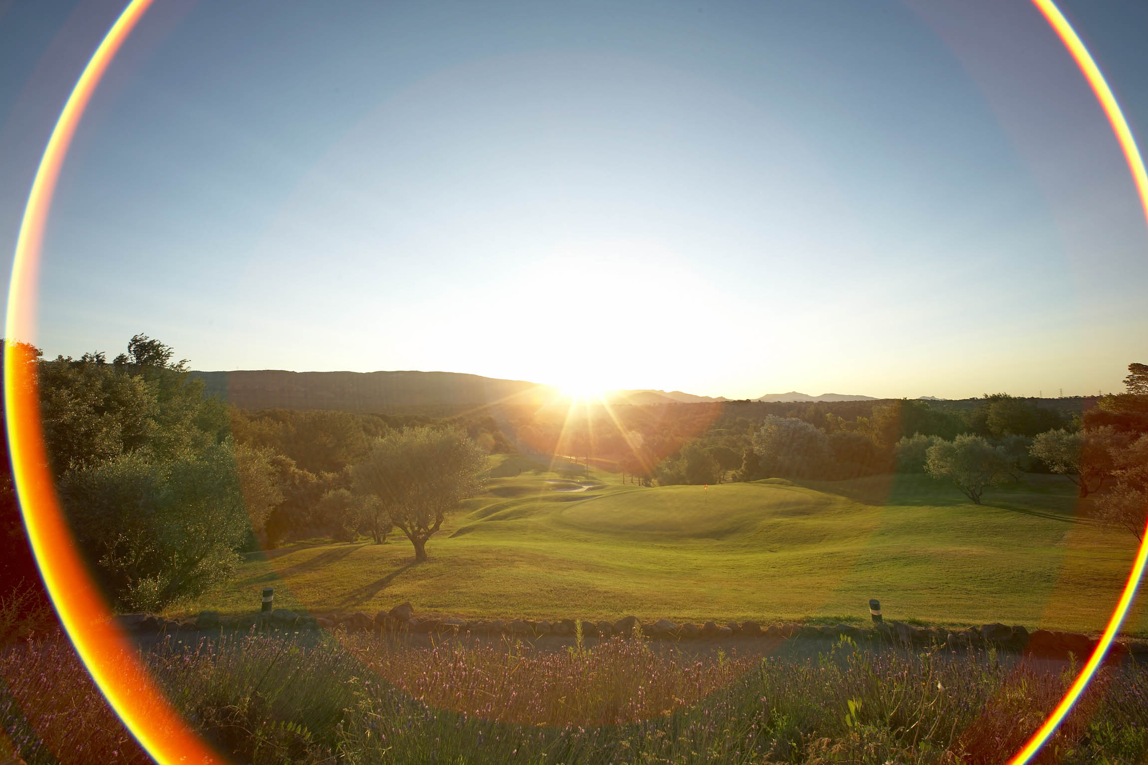 golf-expedition-golf-reizen-frankrijk-regio-cote-d'azur-Les-Domaines-de-Saint-Endréol-Golf-en-Spa-Resort-golfbaan-zon-ondergang