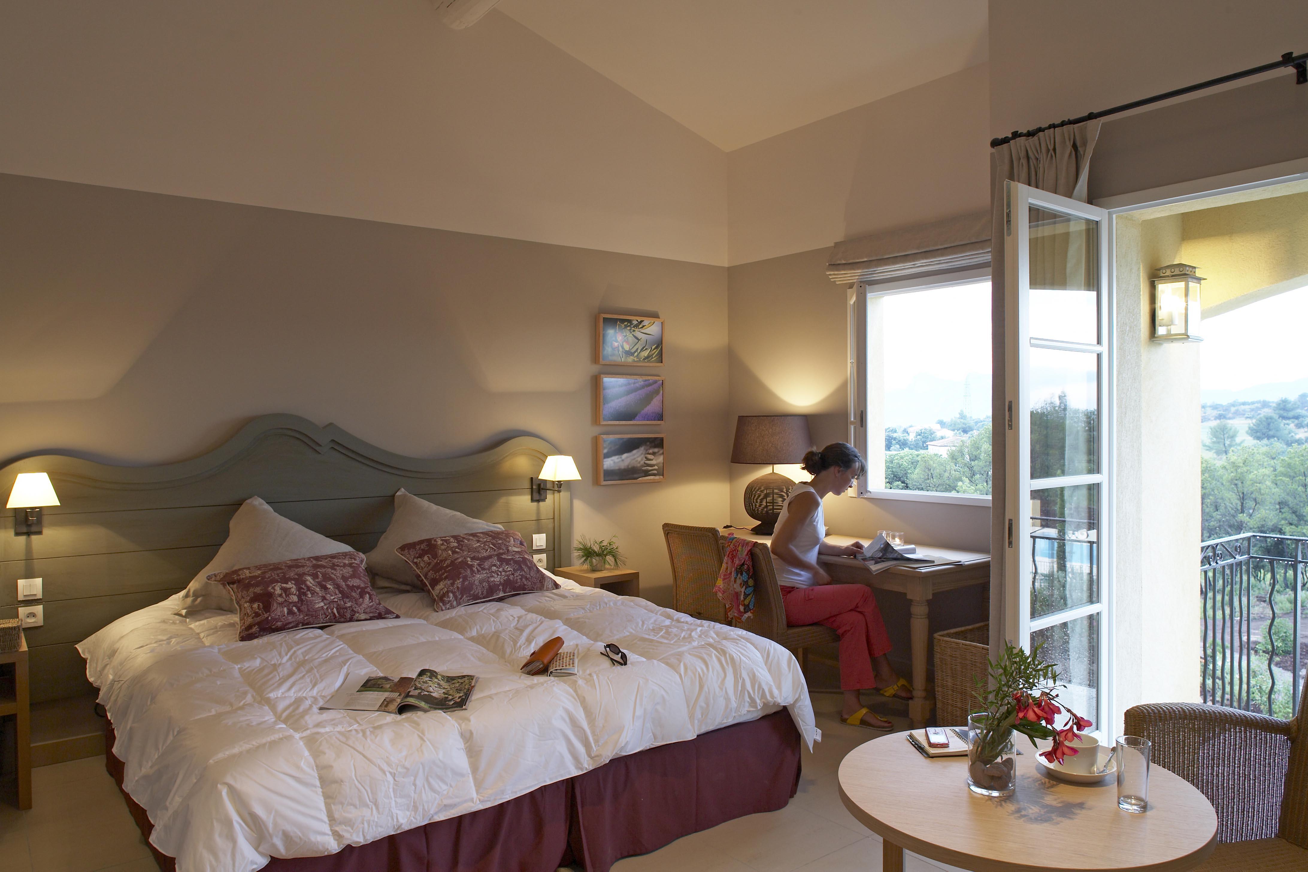 golf-expedition-golf-reizen-frankrijk-regio-cote-d'azur-Les-Domaines-de-Saint-Endréol-Golf-en-Spa-Resort-stijlvolle-slaapkamer-met-balkon
