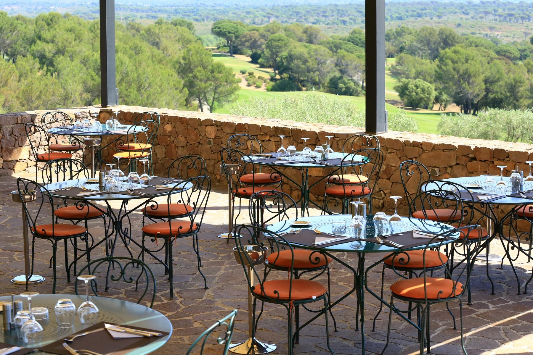 golf-expedition-golf-reizen-frankrijk-regio-cote-d'azur-Les-Domaines-de-Saint-Endréol-Golf-en-Spa-Resort-terras-restaurant
