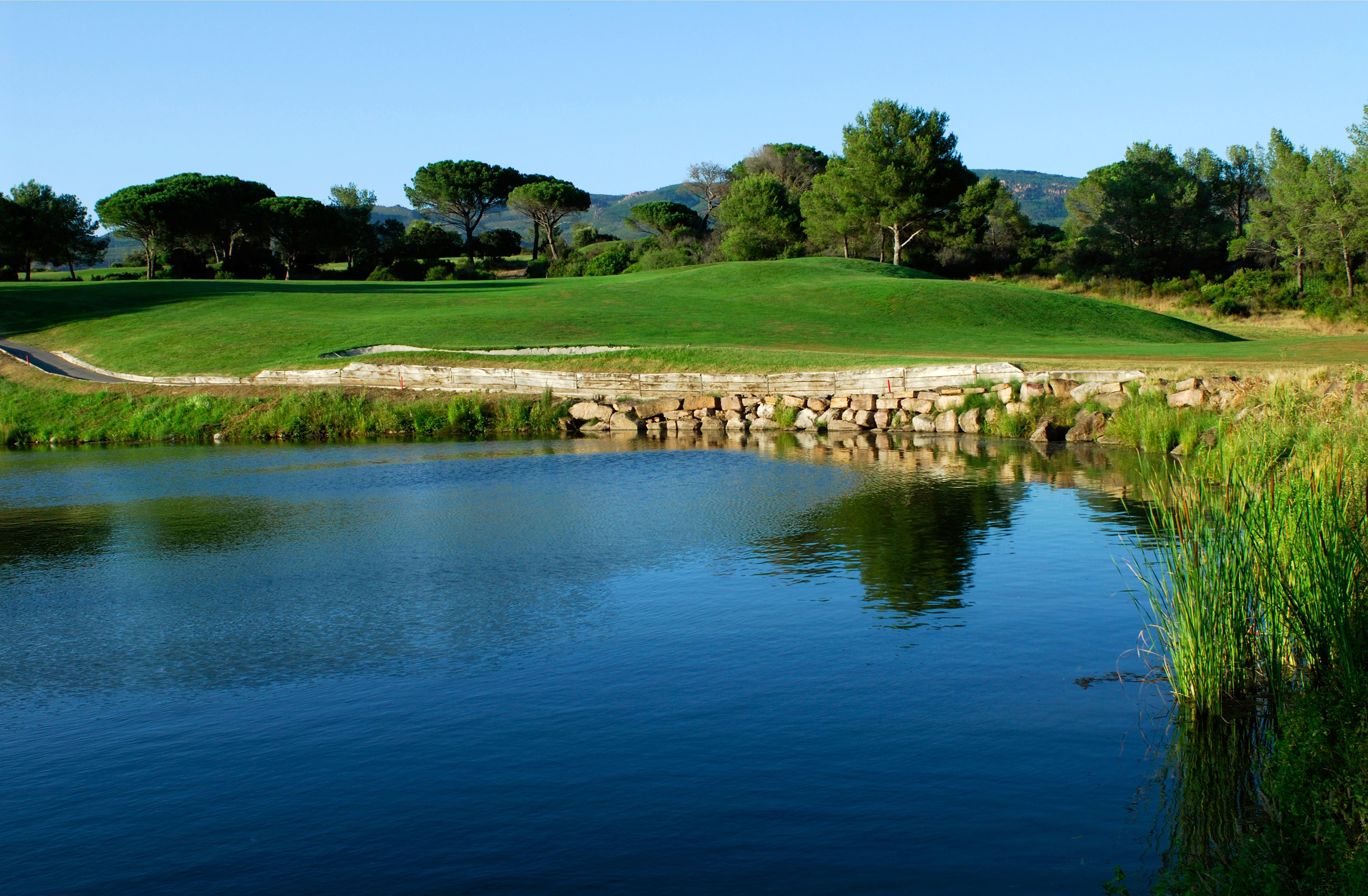 golf-expedition-golf-reizen-frankrijk-regio-cote-dazur-Les-Domaines-de-Saint-Endréol-Golf-en-Spa-Resort-water-hazard-golfbaan.jpg
