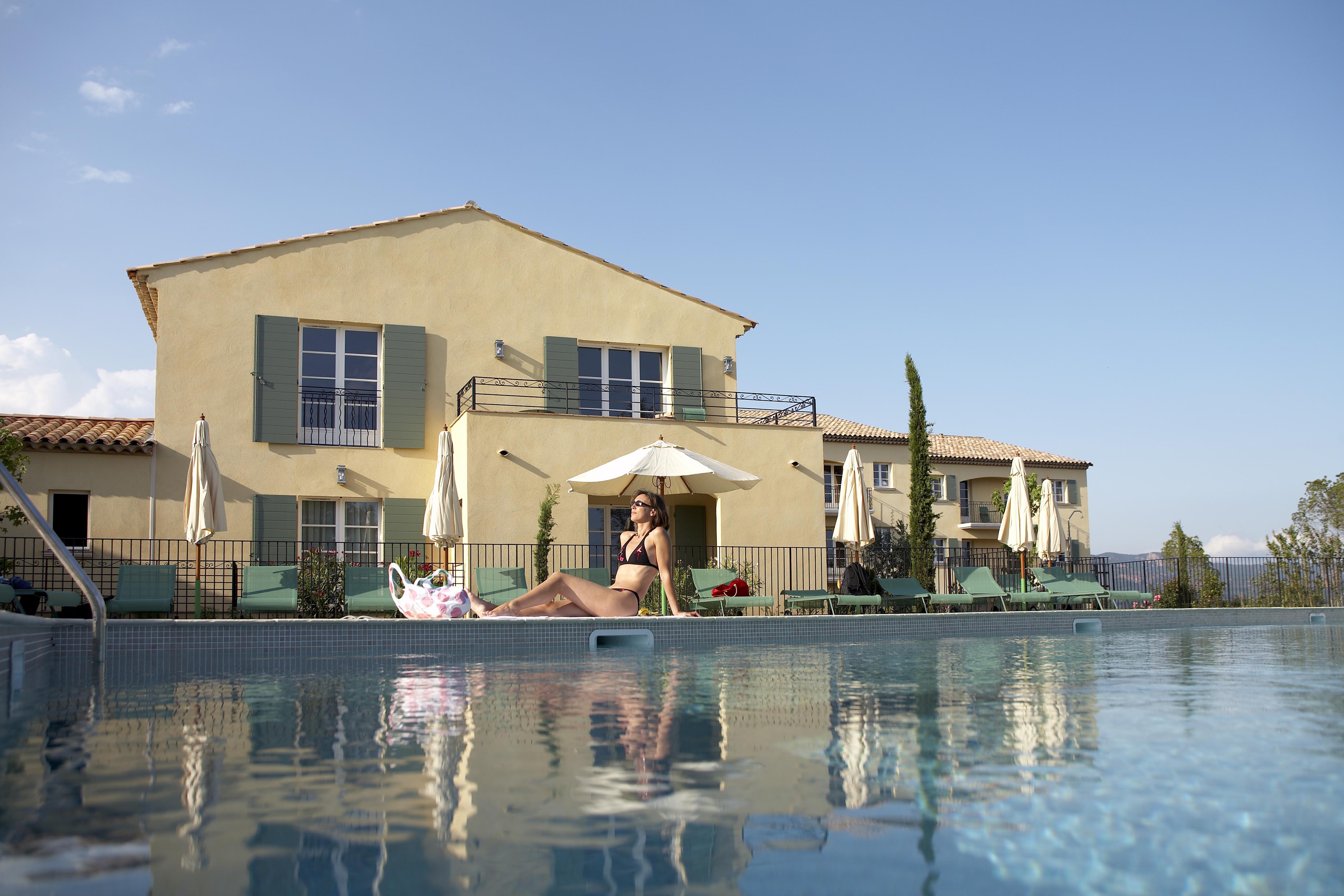 golf-expedition-golf-reizen-frankrijk-regio-cote-d'azur-Les-Domaines-de-Saint-Endréol-Golf-en-Spa-Resort-zwembad-met-villa-op-achtergrond