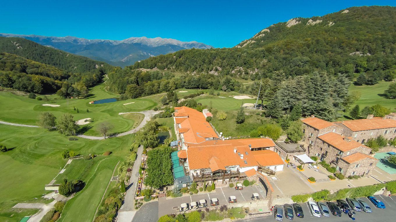 golf-expedition-golf-reizen-frankrijk-regio-languedoc-roussillon-domaine-de-falgos-drone-overzicht-van-accommodatie-gelegen-in-bergen-golfbanen.jpg
