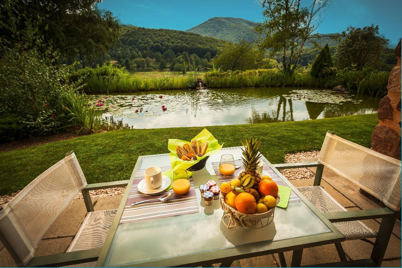 golf-expedition-golf-reizen-frankrijk-regio-languedoc-roussillon-domaine-de-falgos-frans-ontbijt-uitzicht-op-bergen-water.jpg