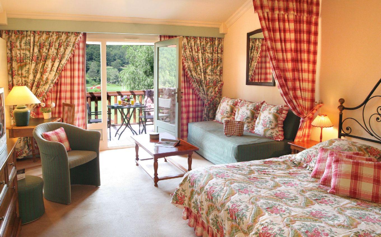 golf-expedition-golf-reizen-frankrijk-regio-languedoc-roussillon-domaine-de-falgos-oude-stijl-slaapkamer-met-balkon-kleur-rood.jpg