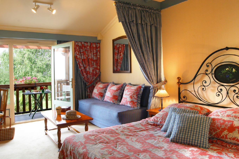 golf-expedition-golf-reizen-frankrijk-regio-languedoc-roussillon-domaine-de-falgos-rood-ingerichte-slaapkamer-twee-personen-balkon.jpg