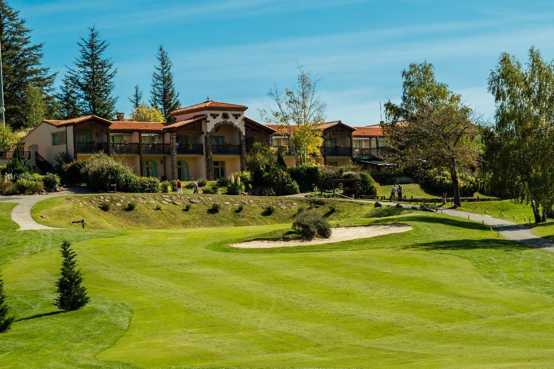 golf-expedition-golf-reizen-frankrijk-regio-languedoc-roussillon-domaine-de-falgos-voorkant-van-luxe-villa-met-golfbaan.jpg