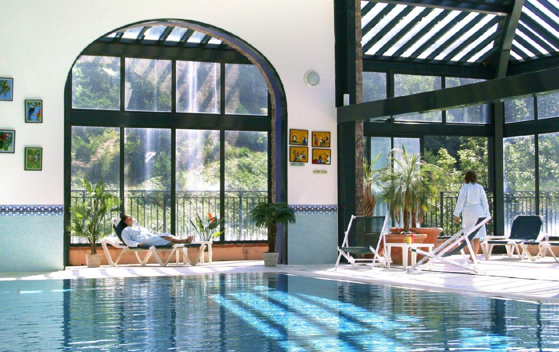 golf-expedition-golf-reizen-frankrijk-regio-languedoc-roussillon-domaine-de-falgos-zwembad-met-ligbedden-uitzicht-naar-buiten-optimale-ontspanning.jpg