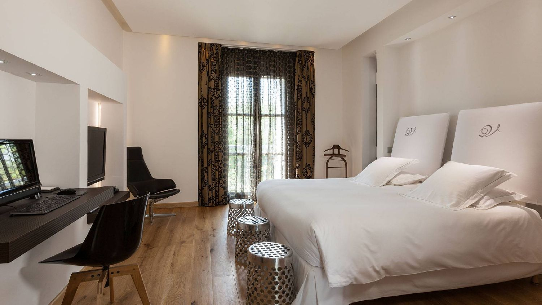 golf-expedition-golf-reizen-frankrijk-regio-languedoc-roussillon-domaine-de-verchant-slaapkamer-laptop-tv-balkon