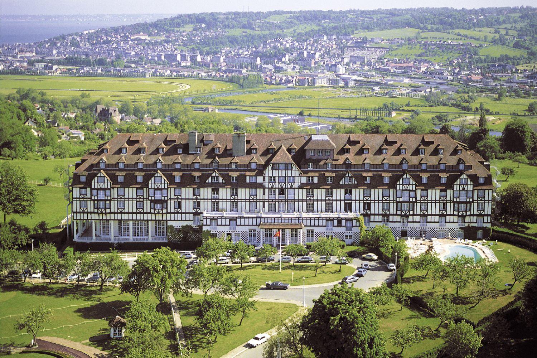 golf-expedition-golf-reizen-frankrijk-regio-normandië-hotel-du-golf-barriere-entree-hotel-drone.jpg