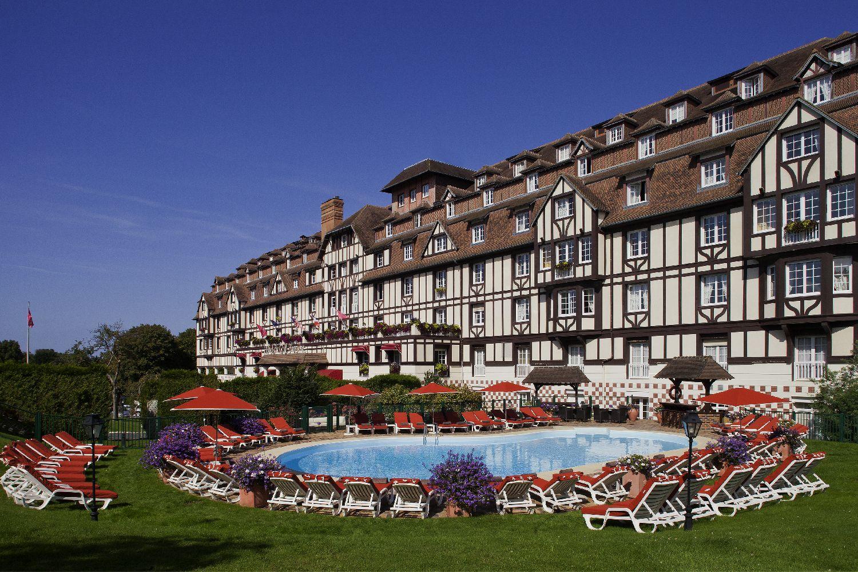 golf-expedition-golf-reizen-frankrijk-regio-normandië-hotel-du-golf-barriere-entree-luxe-hotel-zwembad-met-ligbedden-parasol.jpg