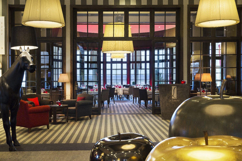 golf-expedition-golf-reizen-frankrijk-regio-normandië-hotel-du-golf-barriere-lounge-en-entree-naar-restaurant.jp
