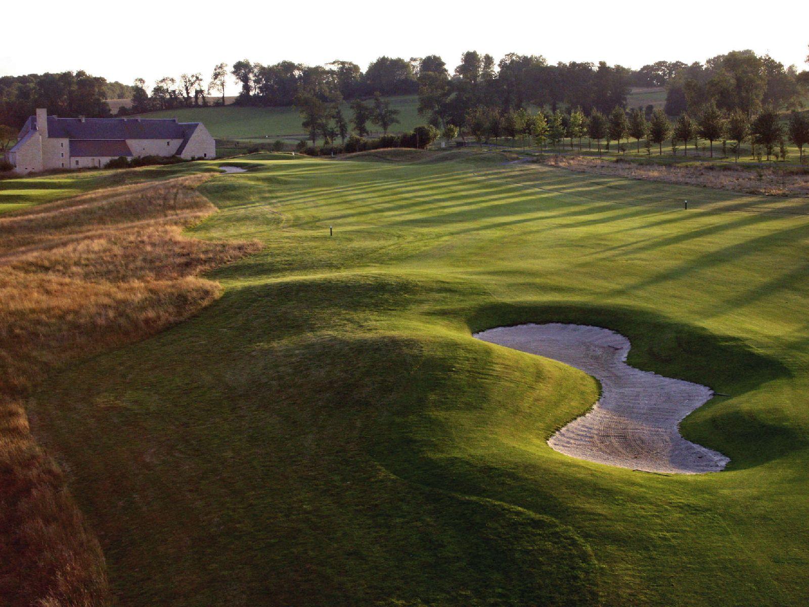 golf-expedition-golf-reizen-frankrijk-regio-normandië-hotel-mercure-omaha-beach-bunker-golfbaan-met-hotel-achtergrond.jpg