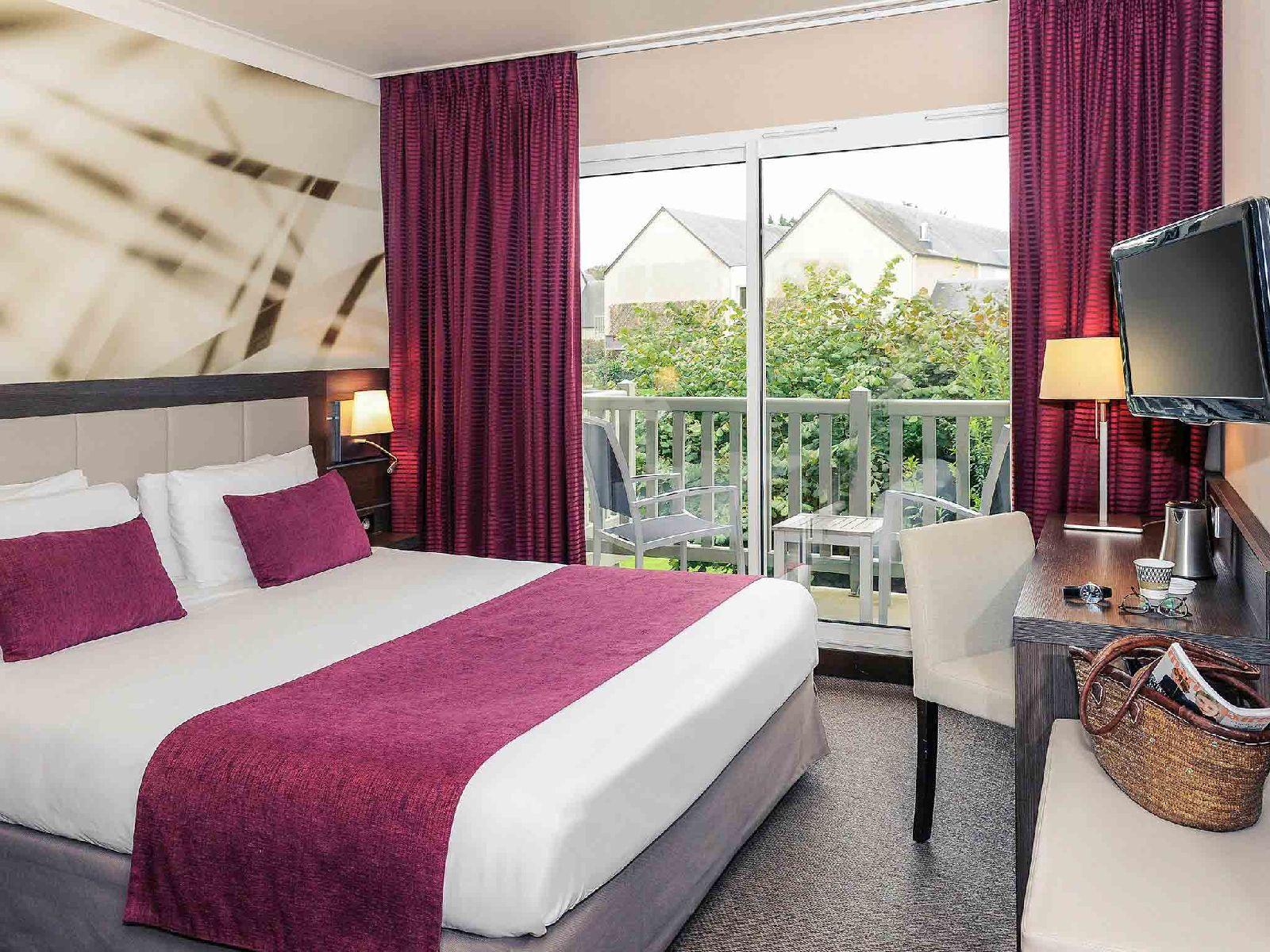 golf-expedition-golf-reizen-frankrijk-regio-normandië-hotel-mercure-omaha-beach-rood-wit-interieur-slaapkamer-met-balkon.jpg