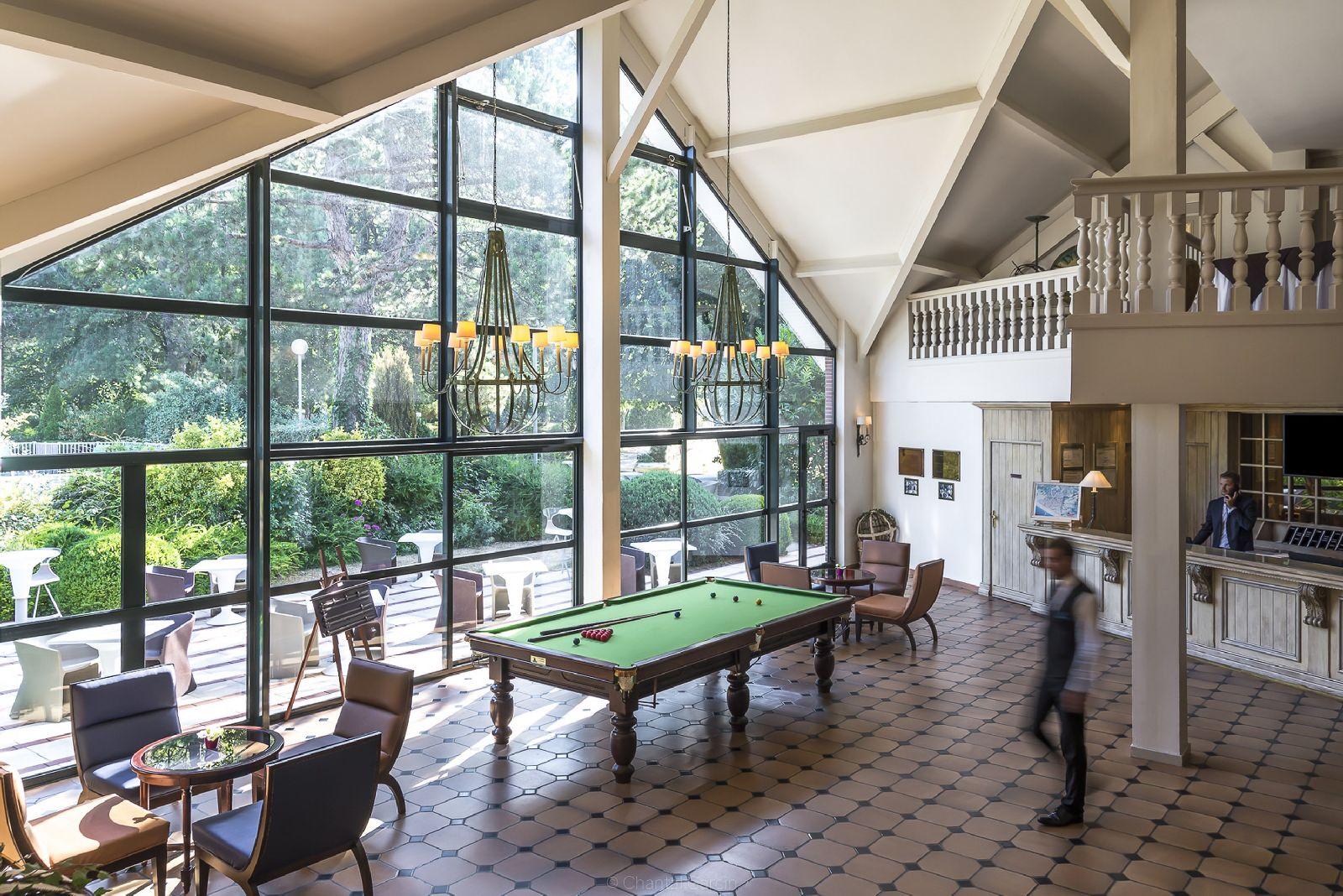 golf-expedition-golf-reizen-frankrijk-regio-pas-de-calais-hotel-du-parc-lounge-met-uitzicht-op-tuin-pooltafel.jpg