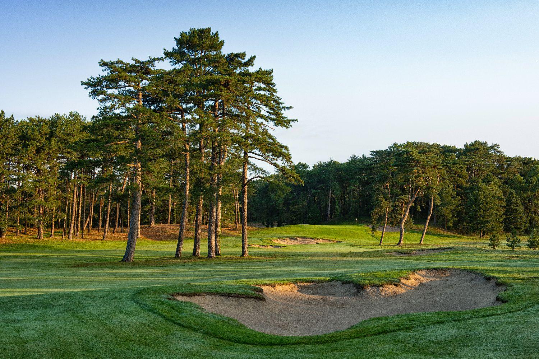 golf-expedition-golf-reizen-frankrijk-regio-pas-de-calais-hotel-du-parc-mooi-gelegen-golfbaan-bomen-bunker.jpg