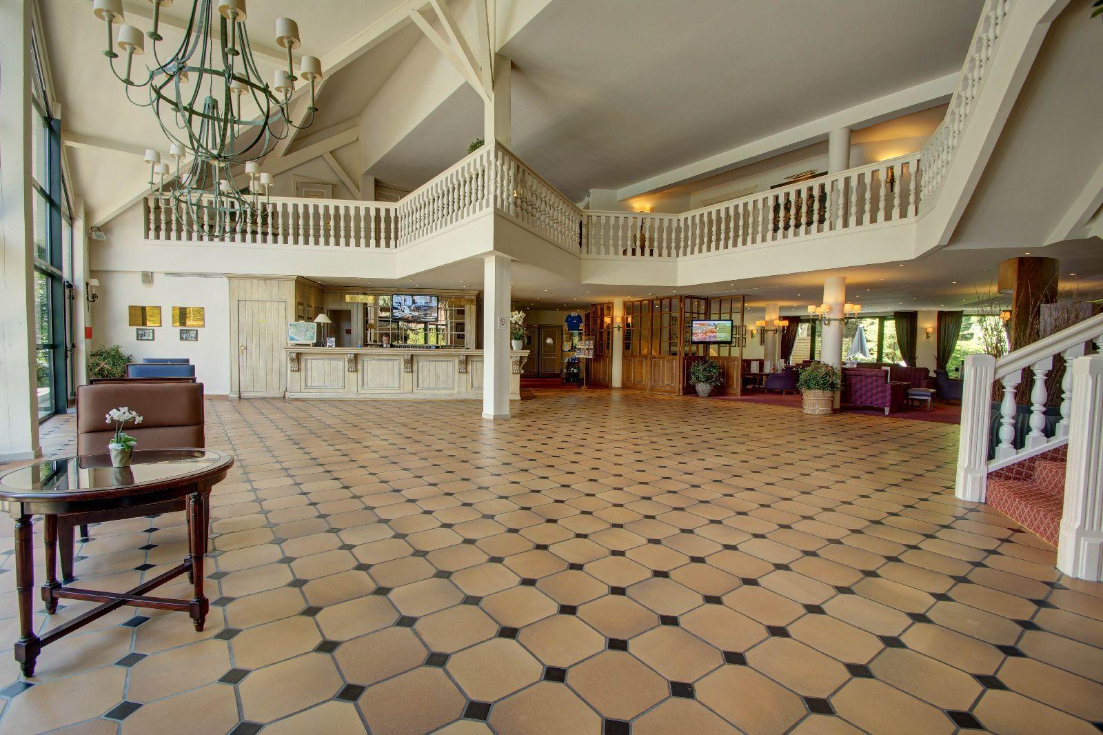 golf-expedition-golf-reizen-frankrijk-regio-pas-de-calais-hotel-du-parc-ontvangstruimte-trap-klassiek-ingericht.jpg