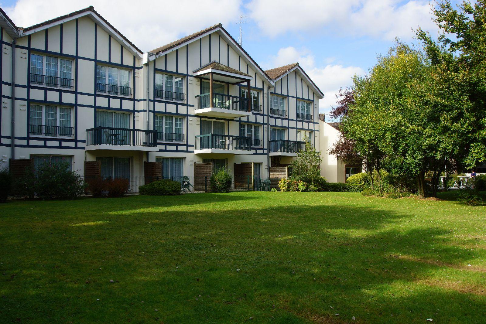 golf-expedition-golf-reizen-frankrijk-regio-pas-de-calais-hotel-du-parc-vooraanzicht-hotel-grasveld.jpg