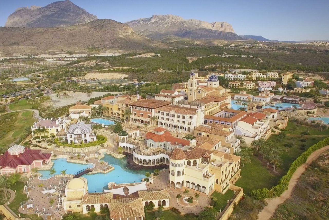 golf-expedition-golf-reizen-spanje-regio-alicante-melia-villaitana-golf-resort-drone-omgeving-resort.jpg