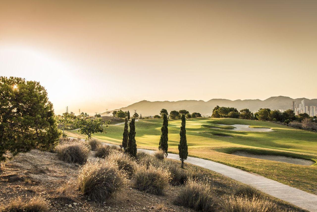 golf-expedition-golf-reizen-spanje-regio-alicante-melia-villaitana-golf-resort-golfbaan-bergen-achtergrond.jpg