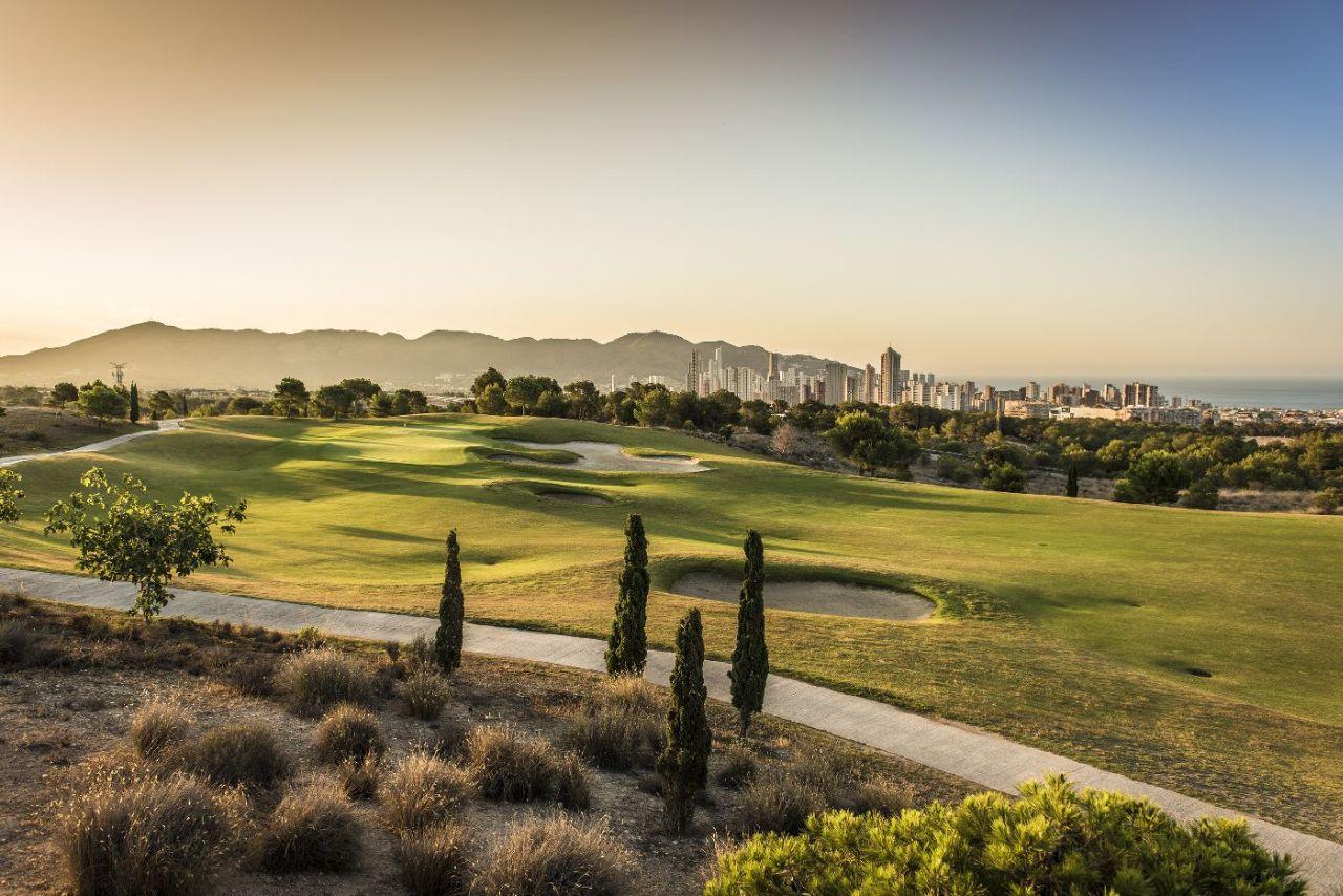 golf-expedition-golf-reizen-spanje-regio-alicante-melia-villaitana-golf-resort-golfbaan-met-bunker.jpg