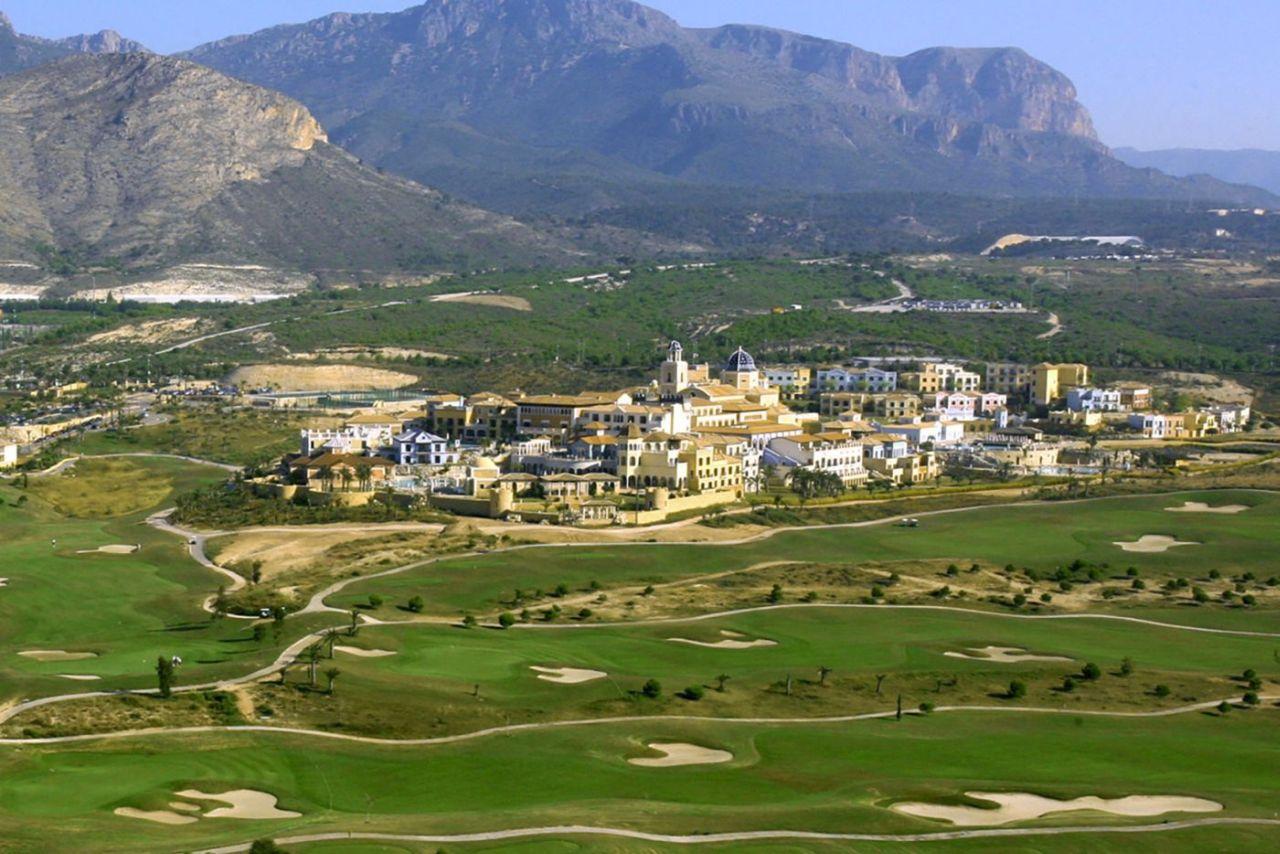 golf-expedition-golf-reizen-spanje-regio-alicante-melia-villaitana-golf-resort-resort-in-natuurlijke-omgeving-met-bergen-golfbanen.jpg