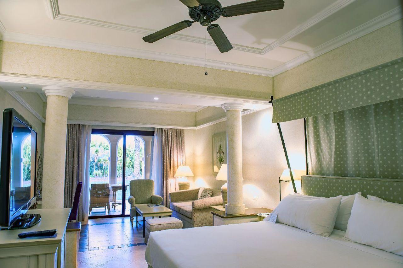 golf-expedition-golf-reizen-spanje-regio-alicante-melia-villaitana-golf-resort-slaapkamer-met-zitruimte-uitzicht-op-tuin.jpg
