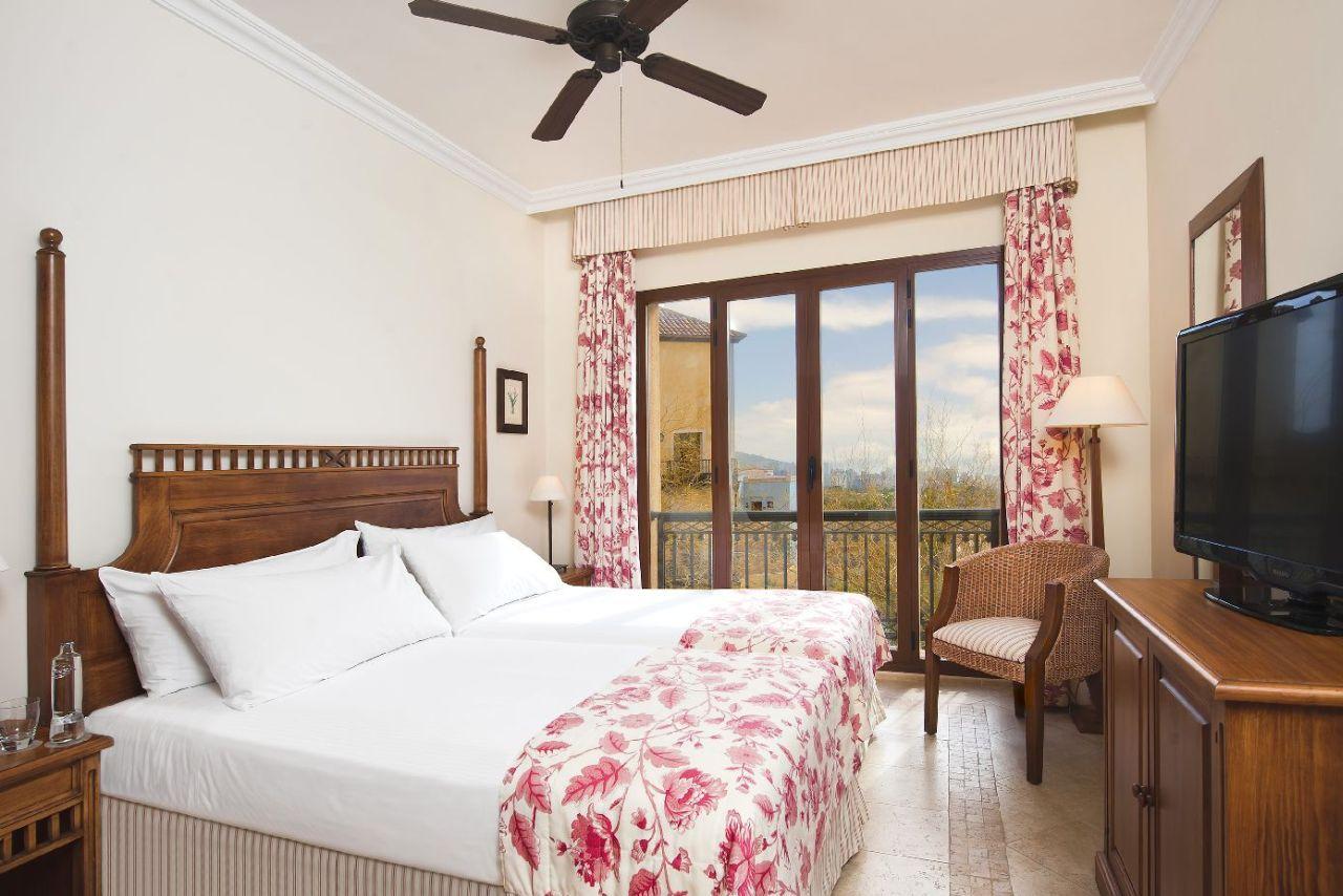 golf-expedition-golf-reizen-spanje-regio-alicante-melia-villaitana-golf-resort-slaapkamer-twee-personen-balkon.jpg
