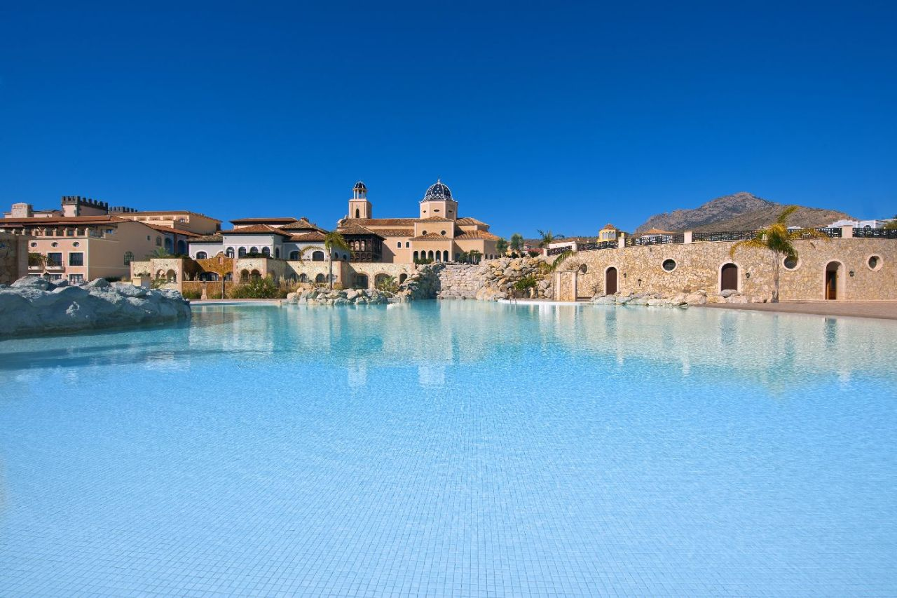 golf-expedition-golf-reizen-spanje-regio-alicante-melia-villaitana-golf-resort-zwembad-bij-resort.jpg